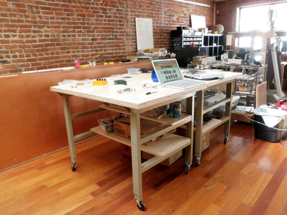 Table-like workbench with caster wheels
