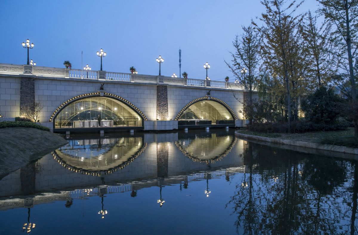 The internal section of the bridge lights up and gives out a golden glow