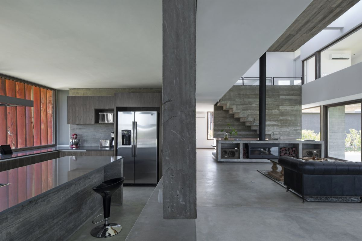 Although concrete is a very cold material and its color is neutral, that doesn't make the house seem austere