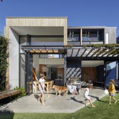 Backyard house pergola with vegetation