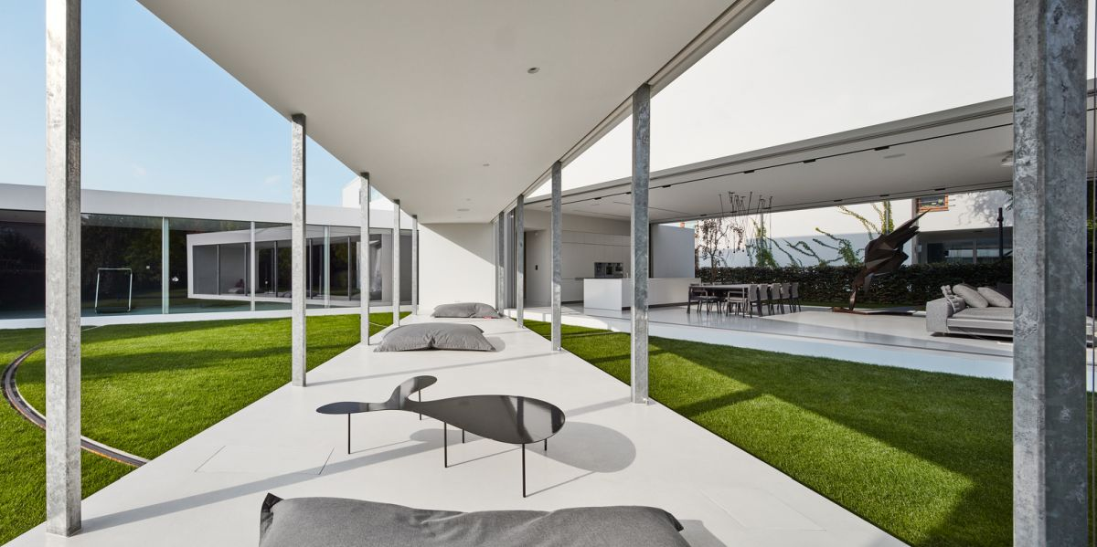 During the day the terrace slowly moves within the courtyard, making the indoor-outdoor transition seamless in a very special way