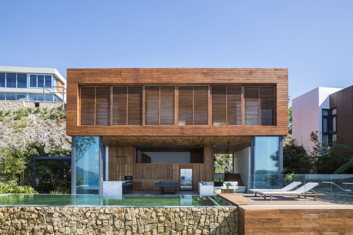 The timber-clad exterior gives the house a rather sophisticated look among other things