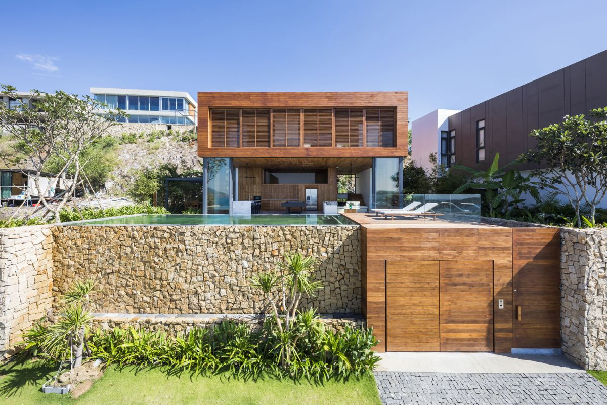 The house enjoys a privileged location which gives it a clear view towards the ocean