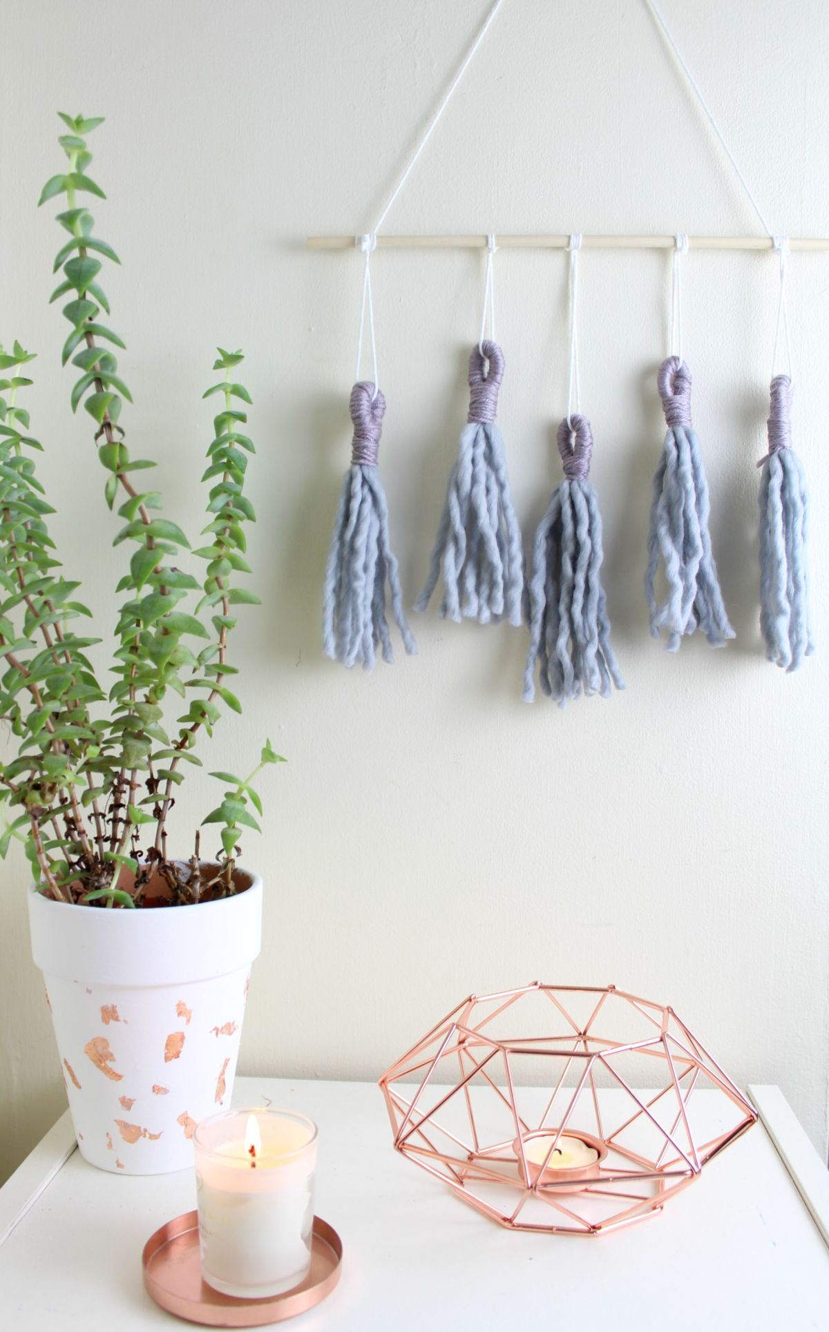 Wall-hanging decoration with tassels