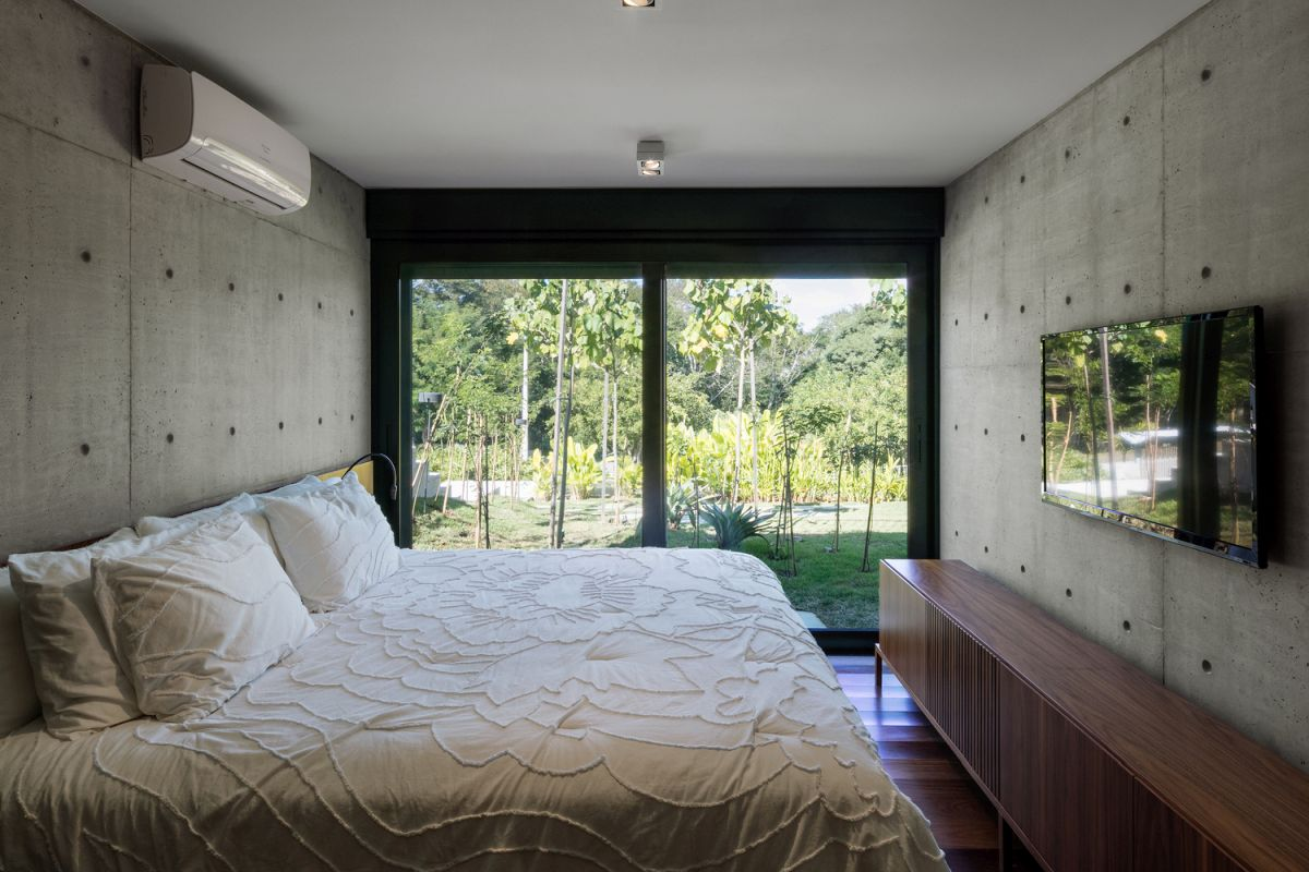 The bedrooms open up towards the garden and are essentially very simple, austere even