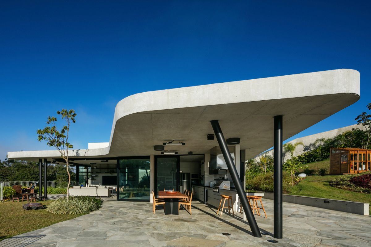 The house is built of cast-in-place reinforced concrete which is always appreciated for its plasticity