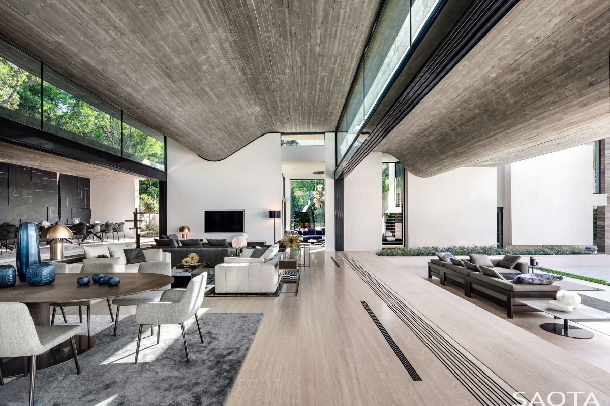 A retracting glass wall separates the interior and exterior volumes while maintaining visual connection between them