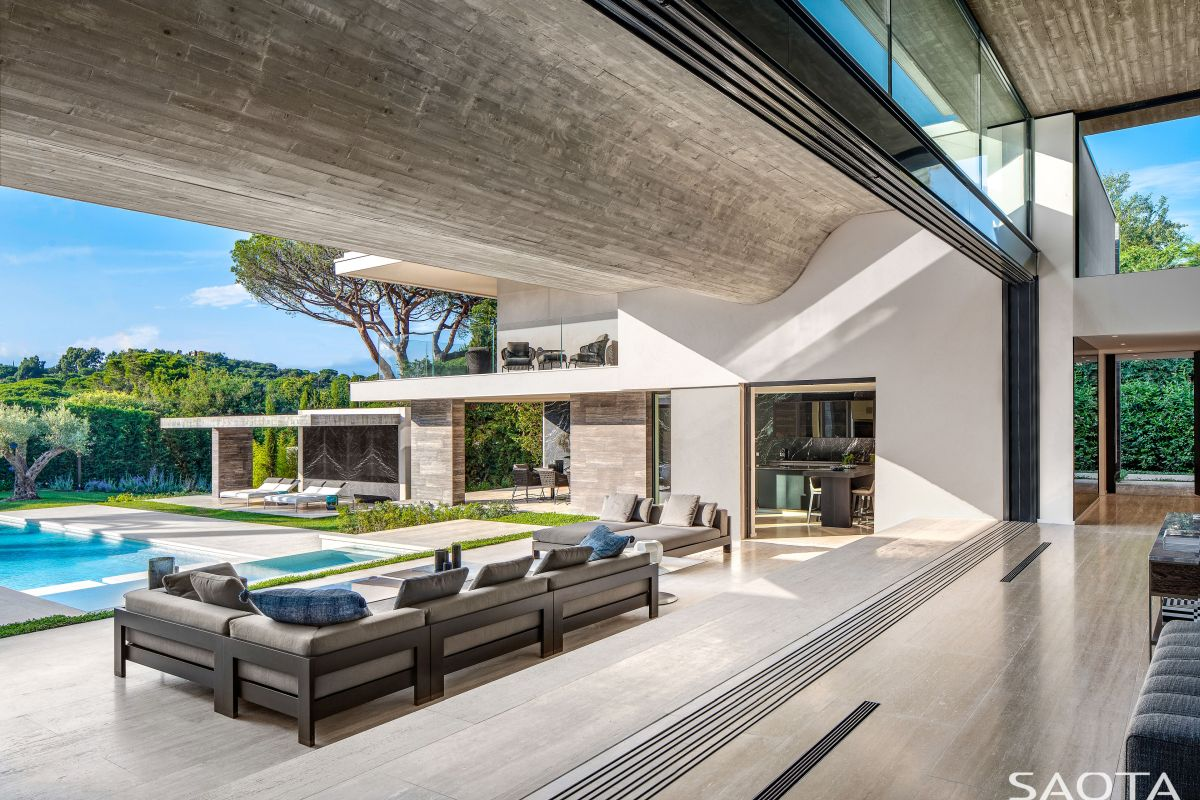 The floating roof undulates and gives these volumes an organic and casual allure