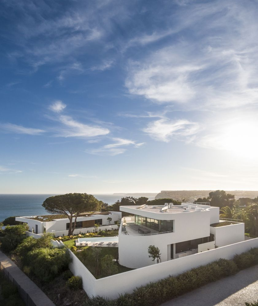 Casa Mare is the one placed on the lower level and surrounded by greenery. It has a roof terrace with panoramic views