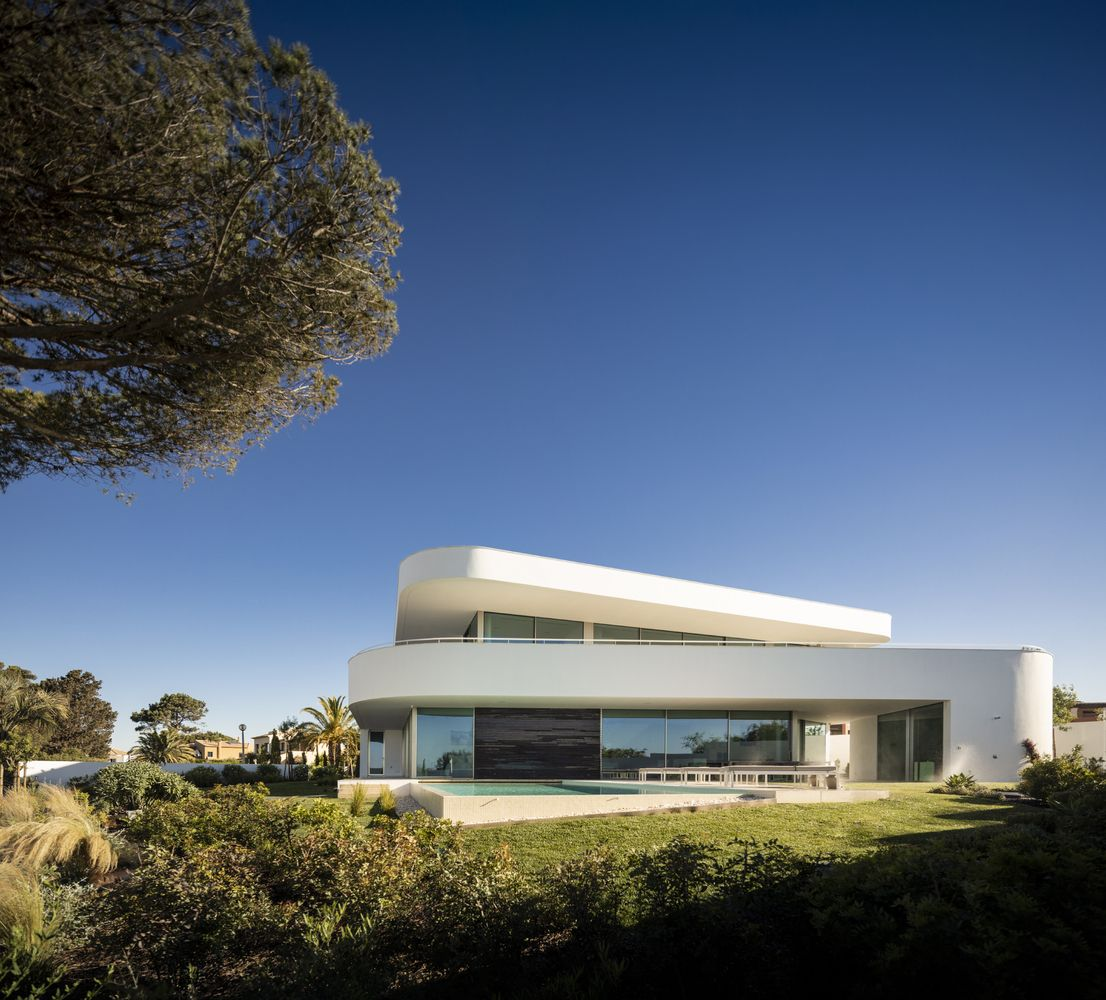 Casa Lux has a fully-glazed ground floor volume which opens onto the swimming pool