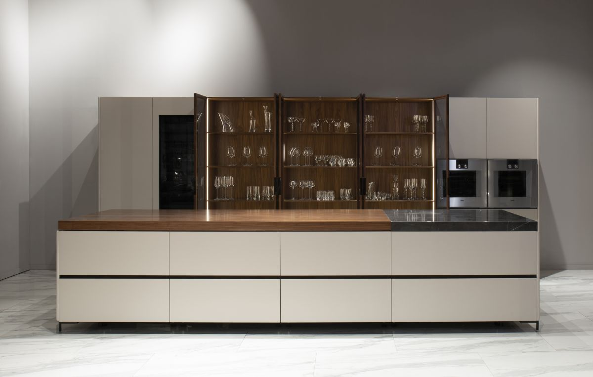 The titanium-finishes detail together with the stainless steel appliances give the kitchen a masculine and professional appearance