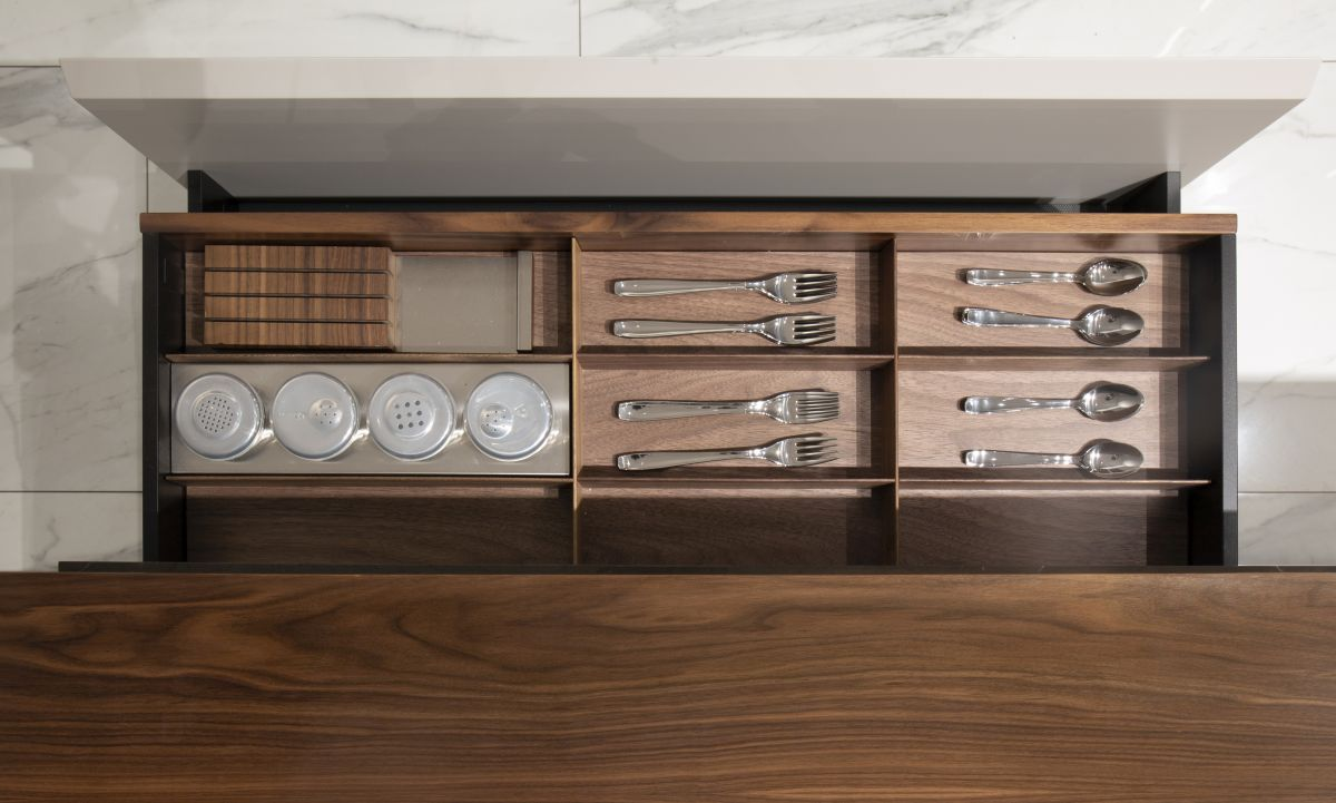 The entire kitchen is tailor-made using only refined materials and carefully-selected finishes