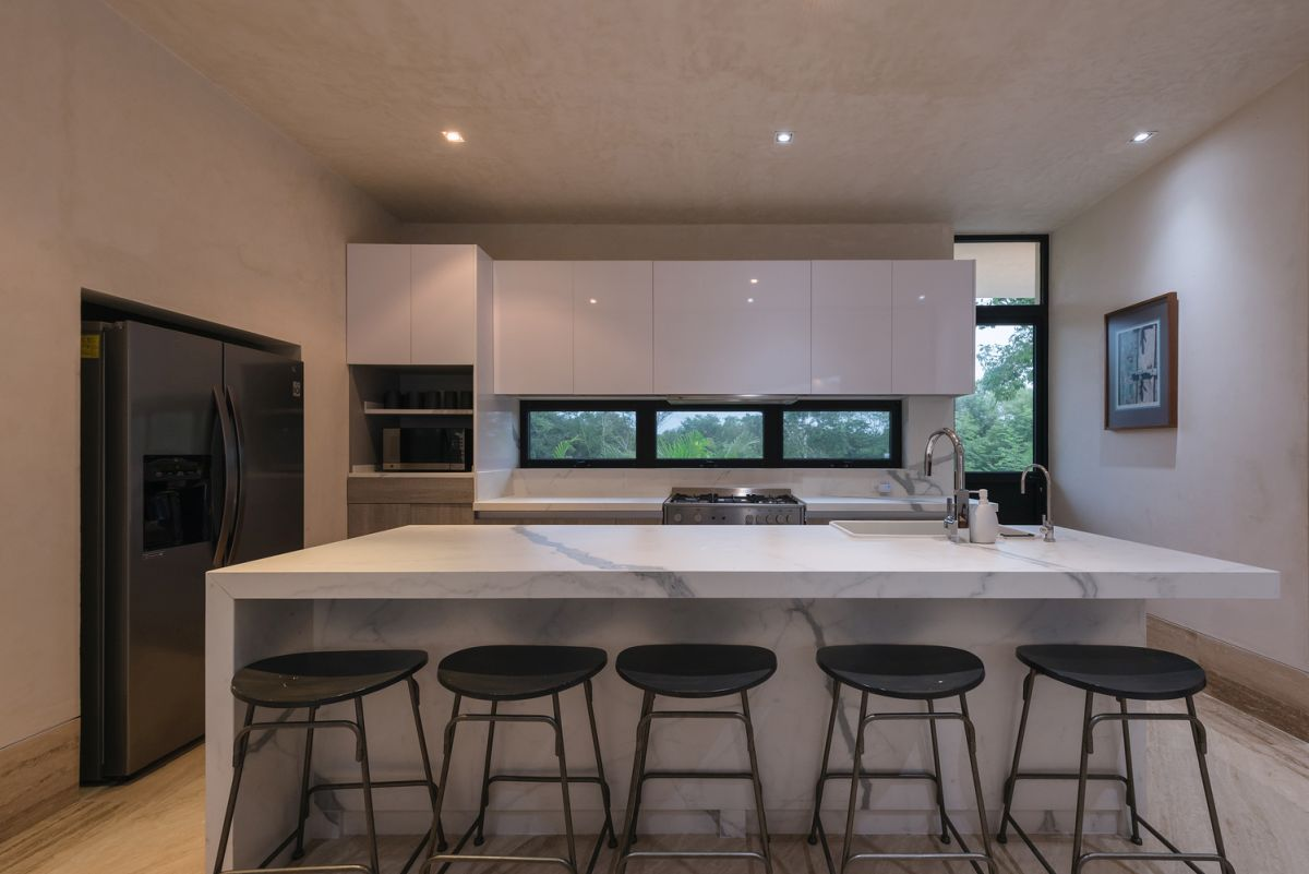 The backsplash is a trio of windows which let in natural light and offer a view of the garden