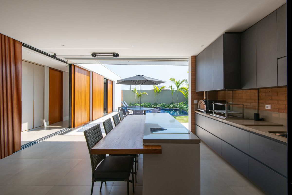 Sliding doors ensure a very flexible internal layout, allowing the spaces to flow seamlessly