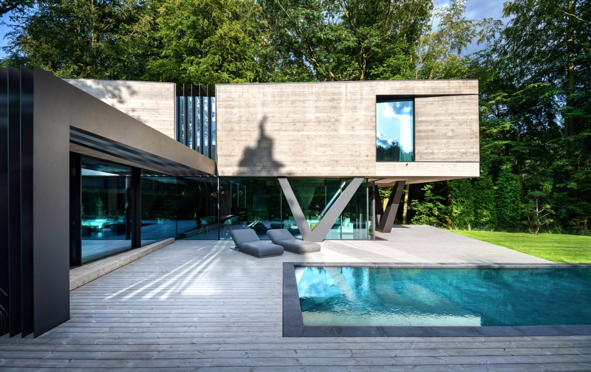 The rear section of the house is made up of a steel and glass volume with a concrete box on top