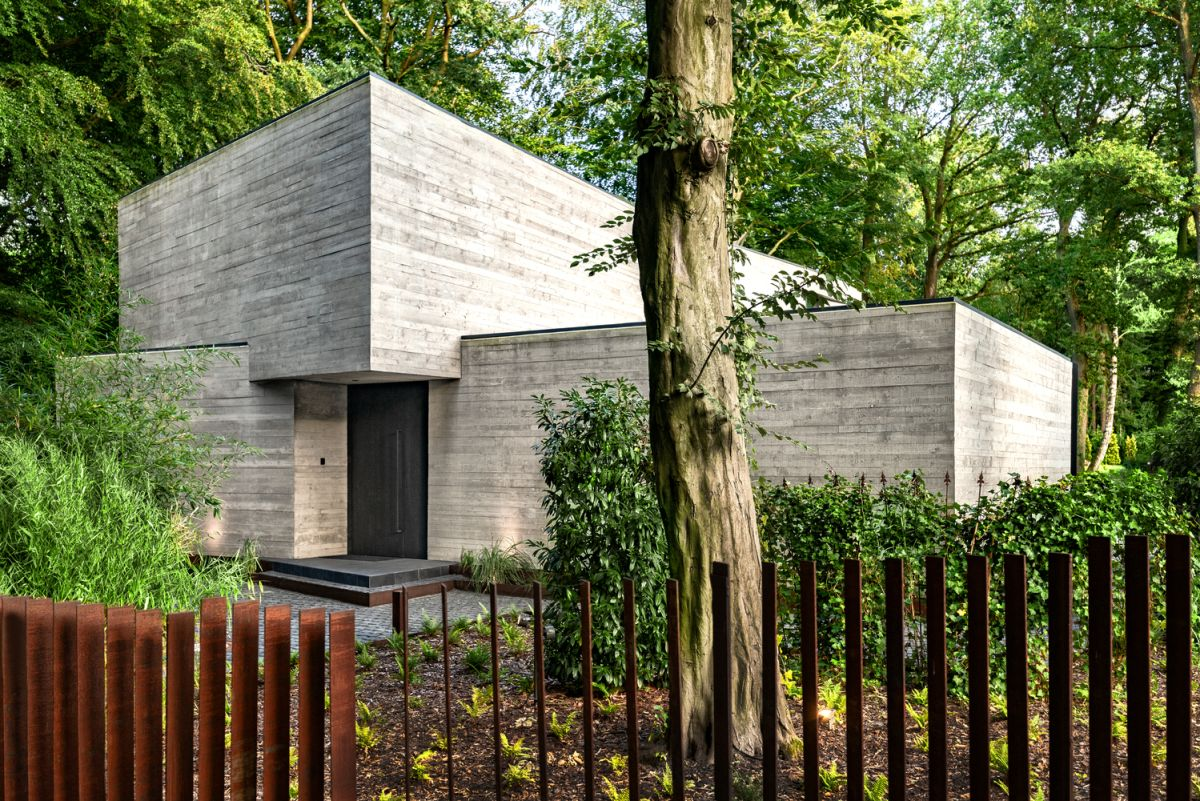 From the street the house showcases three large concrete blocks which blend together and make it look like a giant sculpture