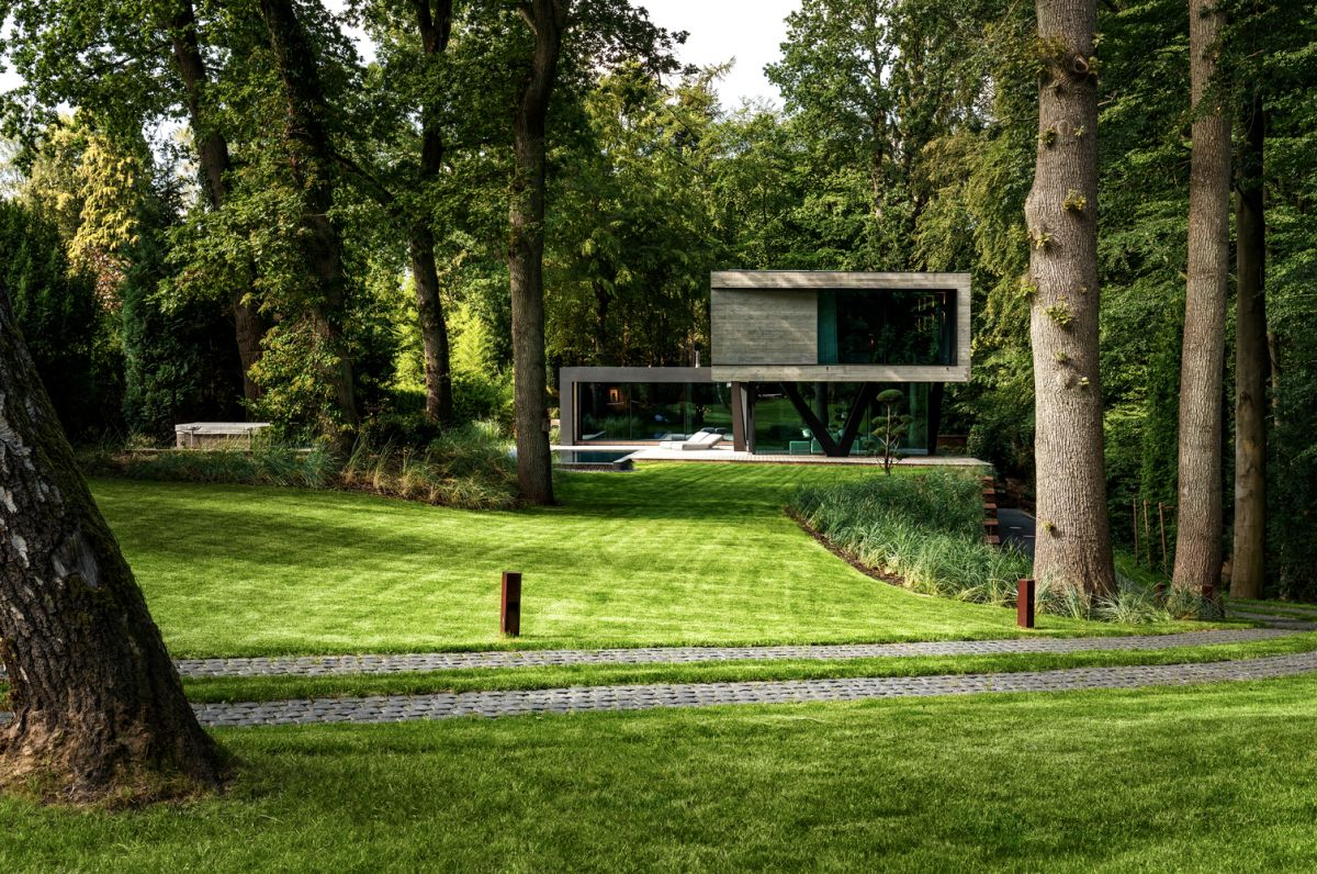 The house enjoys a privileged location, being surrounded by lush greenery and this amazing forest