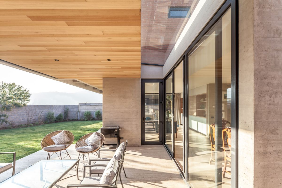 The internal spaces open up towards transitional spaces and the garden beyond