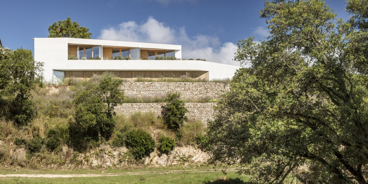 The house was pushed to the South limit of the site which maximizes its views
