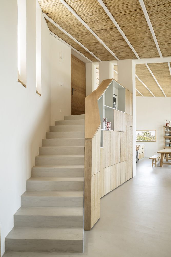 The staircase which connects these areas is embedded into the design is a very natural and pleasant manner