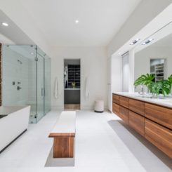Large bathroom with bench in the middle