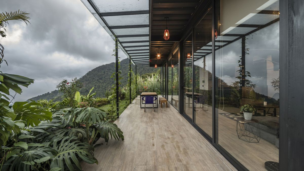 Both floors enjoy a strong connection to the outdoors thanks to large terraces and large windows