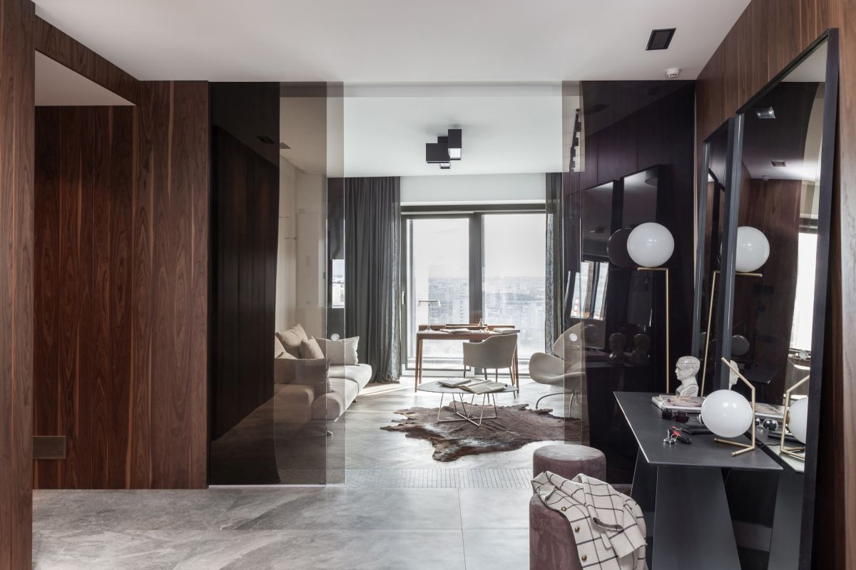 The apartment has a very pleasant and inviting look thanks to the array of natural materials used in its new design