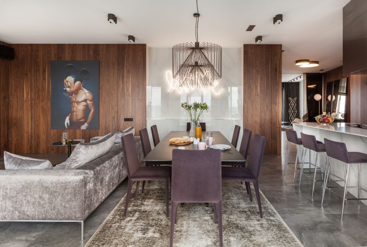 The living and dining area is very welcoming, blending lots of different finishes and textures together