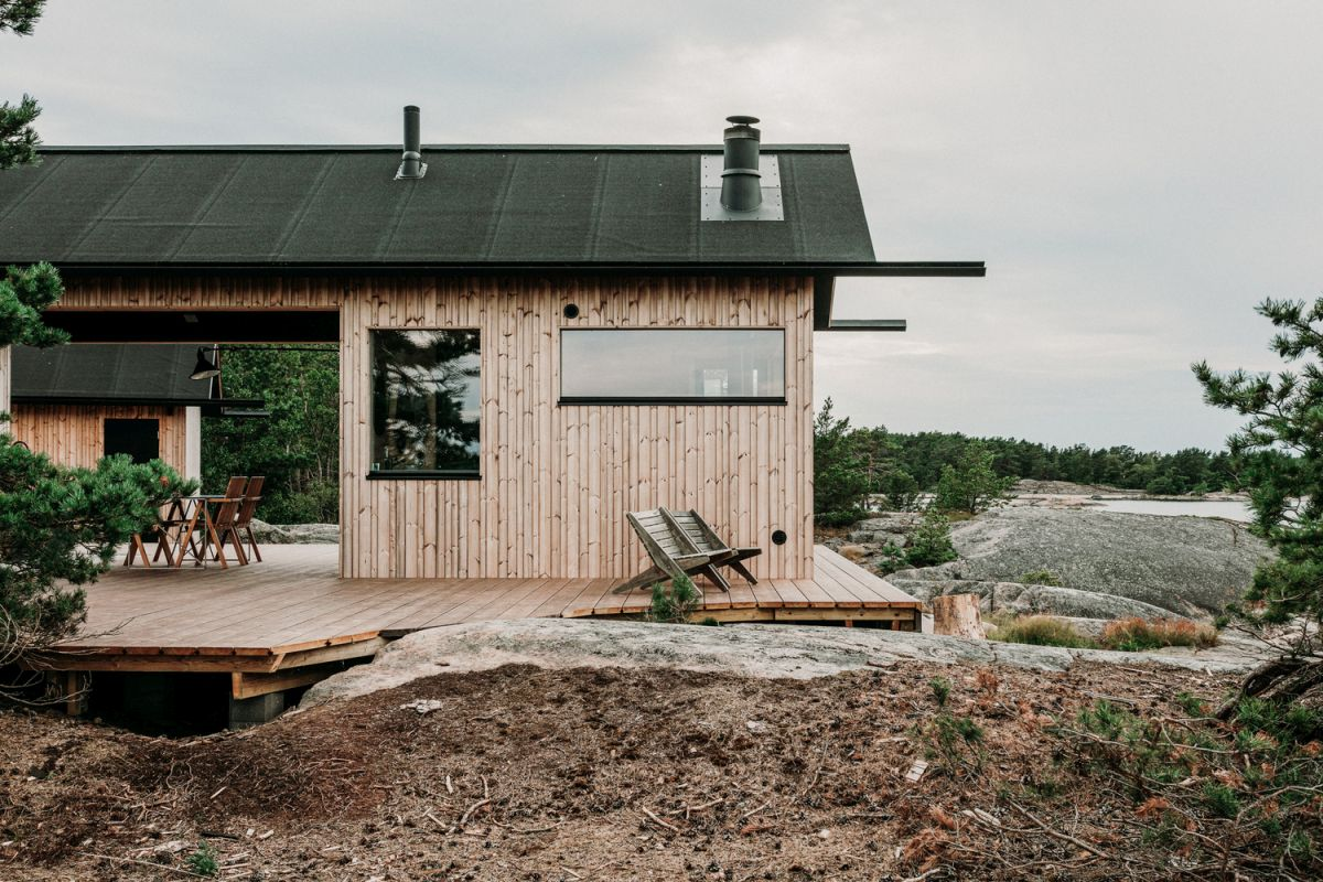 The gabled roof suits the cabin perfectly, adding lots of character to its already charming design