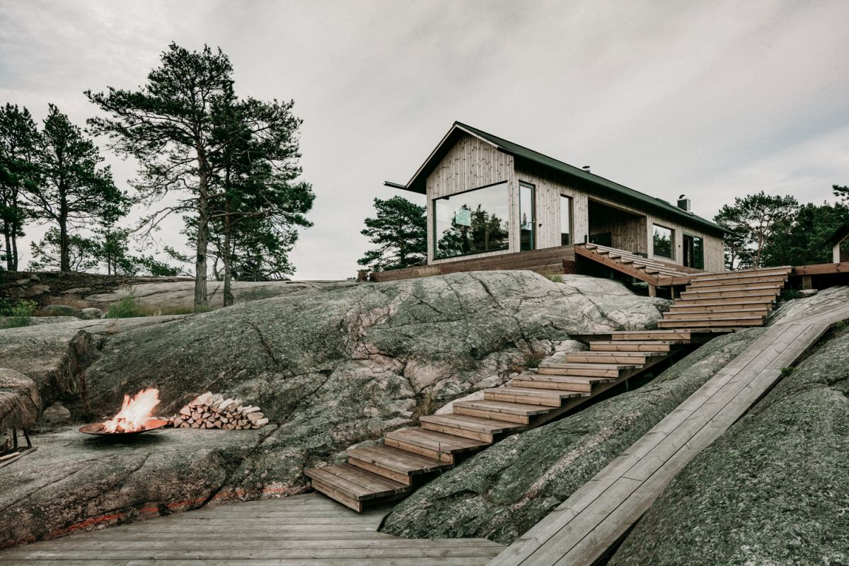 The cabin is small and modest but also self-sufficient which makes it pretty amazing