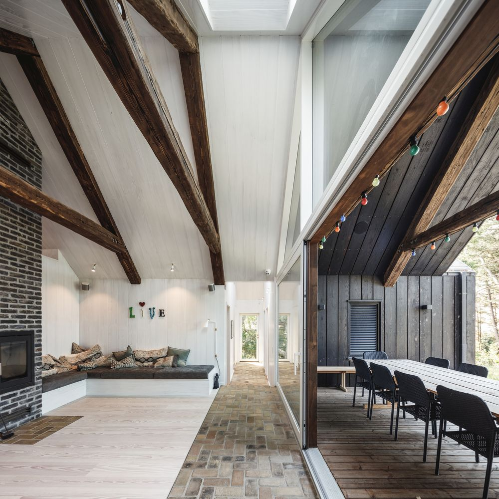 The interior areas have access to a wooden terrace which opens up towards the wilderness