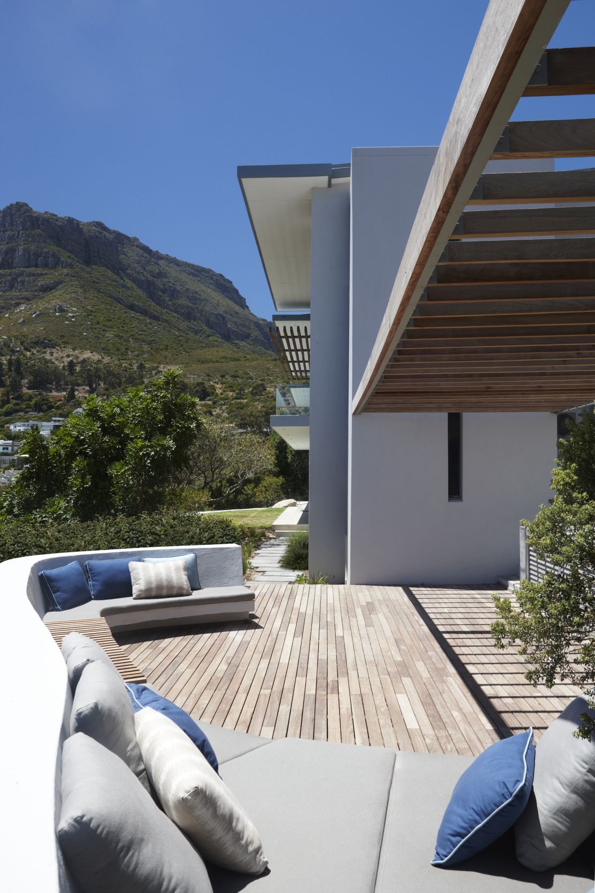 Large balconies and terraces frame the front and the back of the house, taking full advantage of the spectacular views