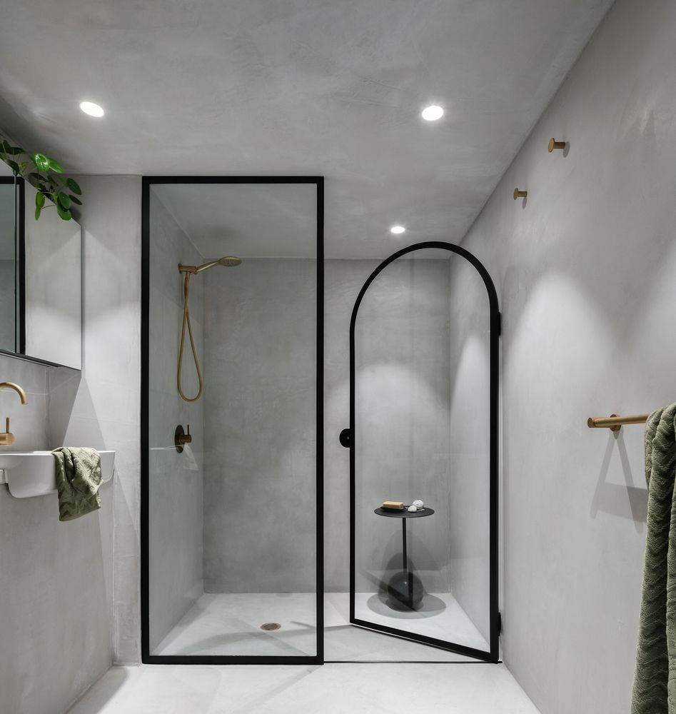 The arched design is also introduced in the bathroom which is small but also bright and airy