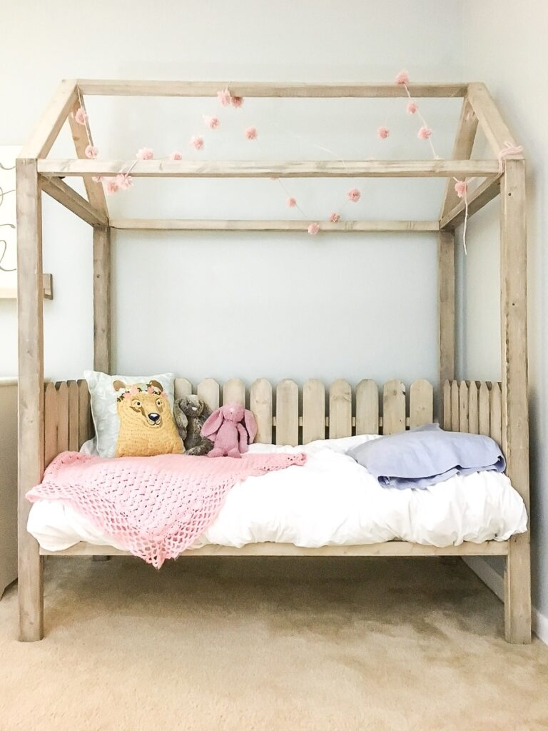 House-shaped bed frame with fences