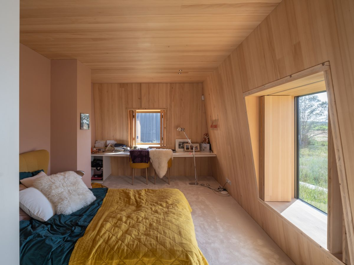 Wood is the main material used inside the volumes. It makes the spaces feel very warm and inviting