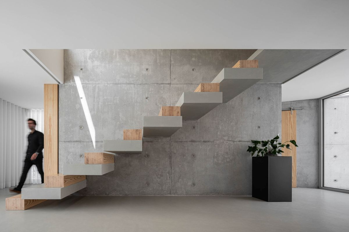 The staircase which links the two floors has a very sculptural and minimalistic design