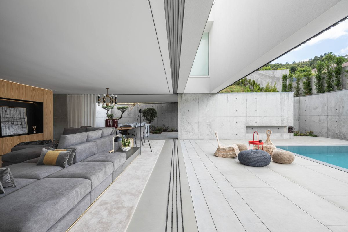 The wall dividing the living room and poolside deck can be fully opened in order for the two spaces to connect