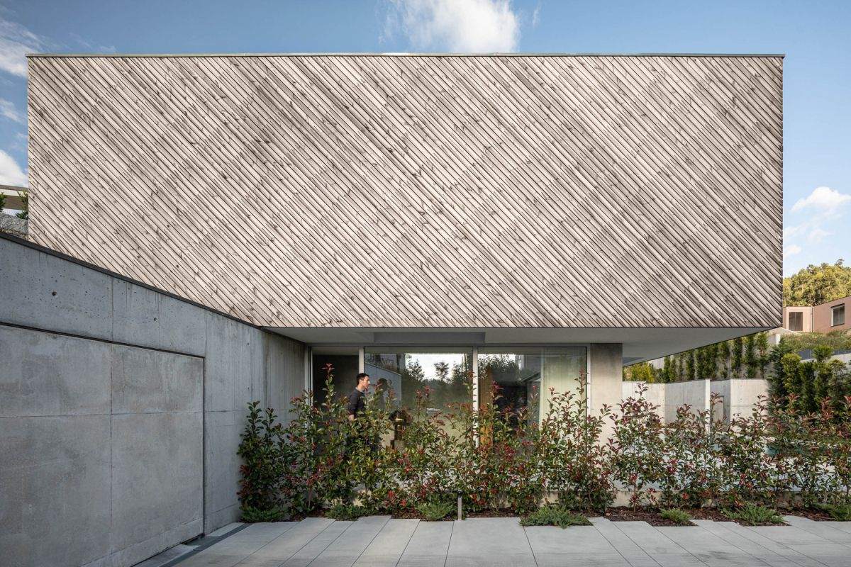 Although the site is not exactly big, the house communicates with its surroundings very naturally and beautifully