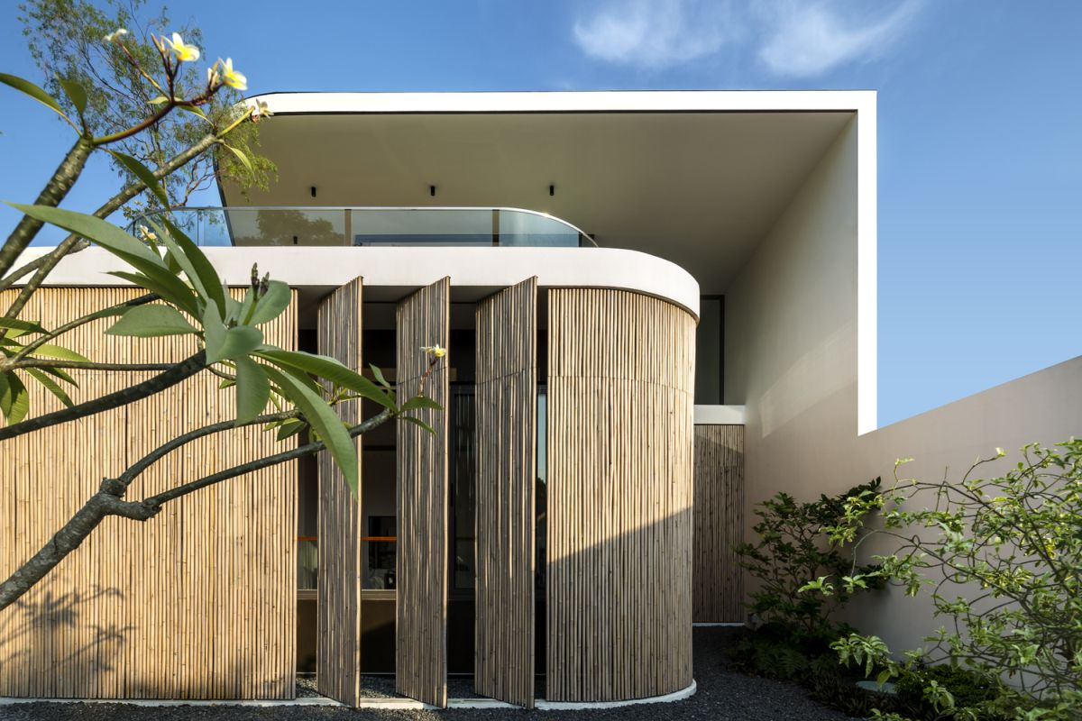 The bamboo veil wraps around the house and creates rounded edges on the facade
