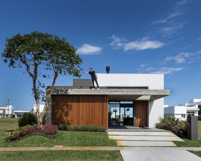 Small House in Brazil Celebrates Family Living And Modern Design