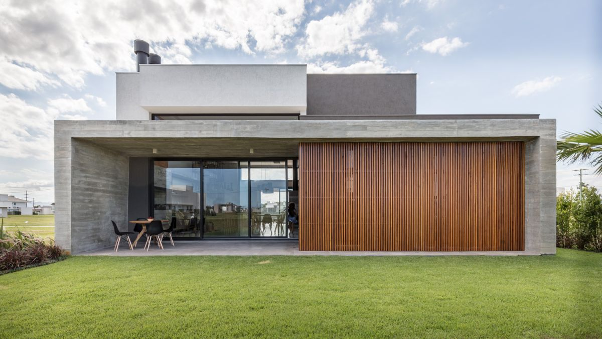 The simplicity of the materials and finishes involved give the house a very modern and balanced look
