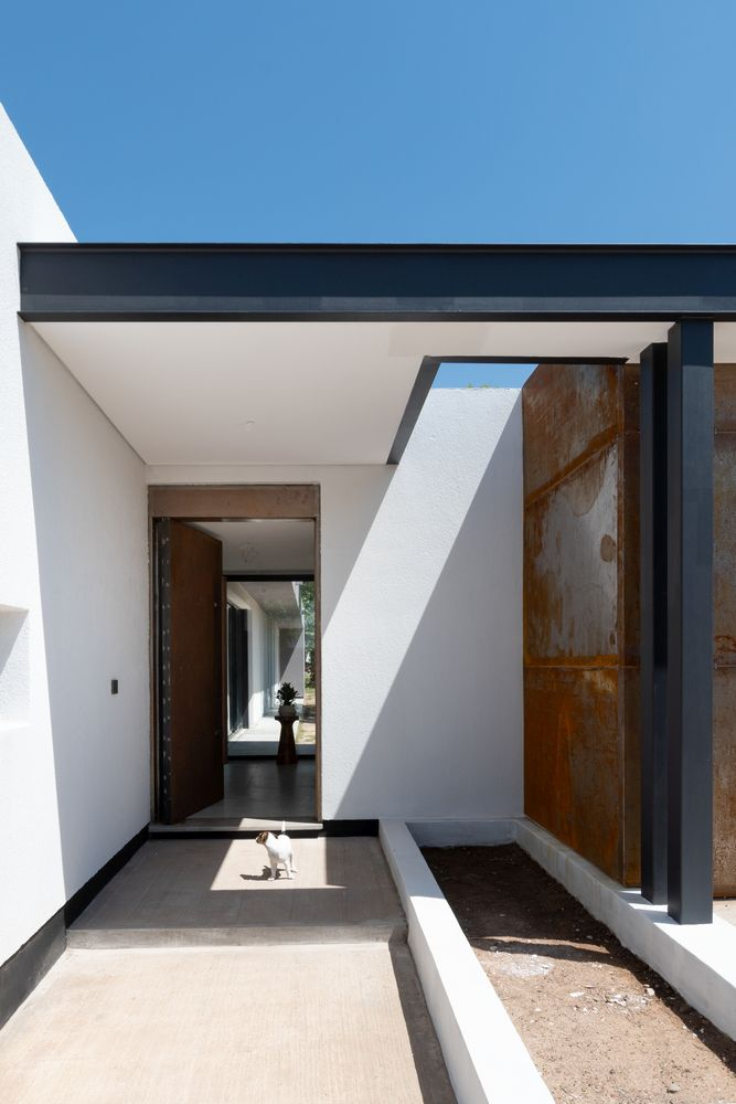 The house features a very simple overall geometry based on clean lines and angles and also pure materials