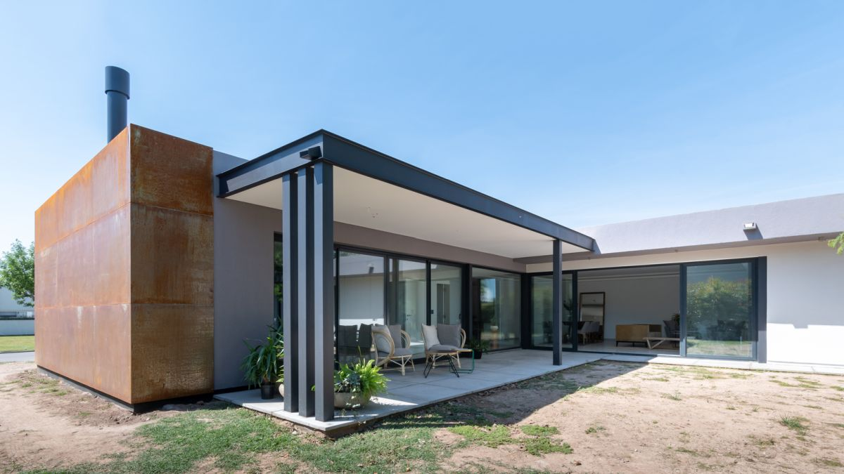 The courtyard-facing areas open up to the outdoors and extend outside seamlessly