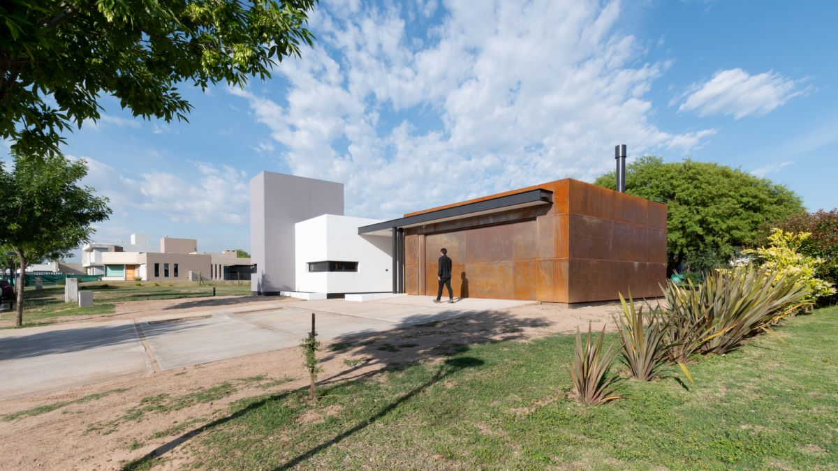 The corten steel volume establishes a dialogue with the landscape and the natural surroundings