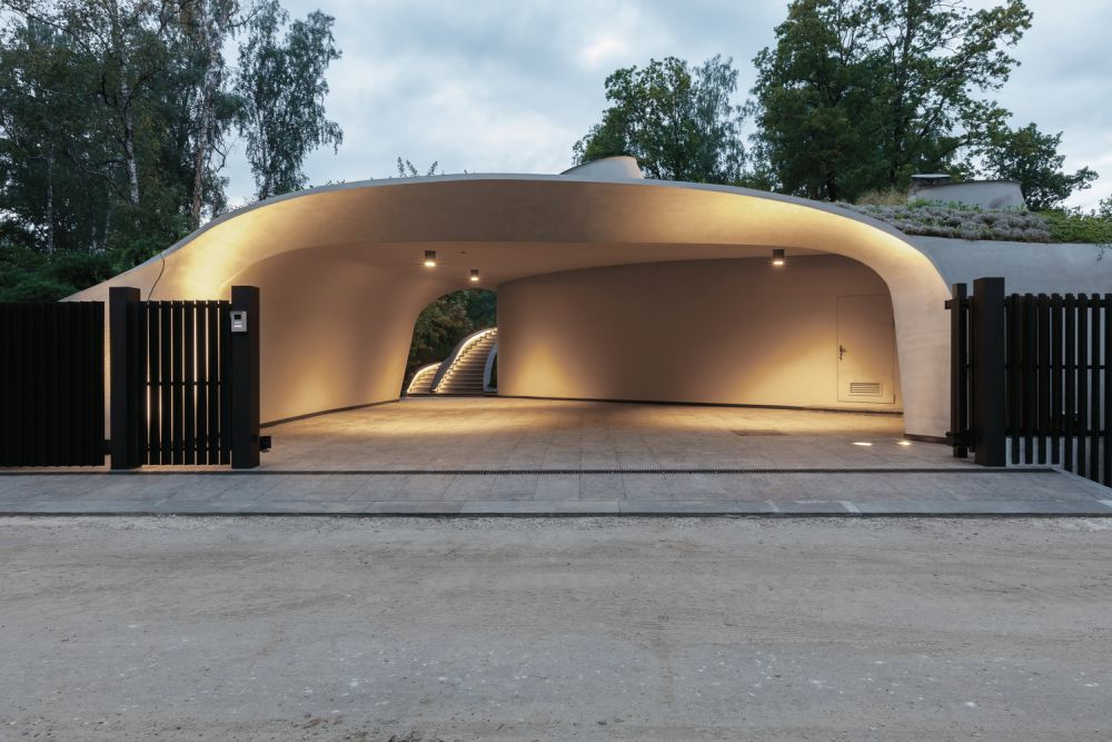 The carport resembles a dome and has an imperfect and organic shape just like the rest of the house