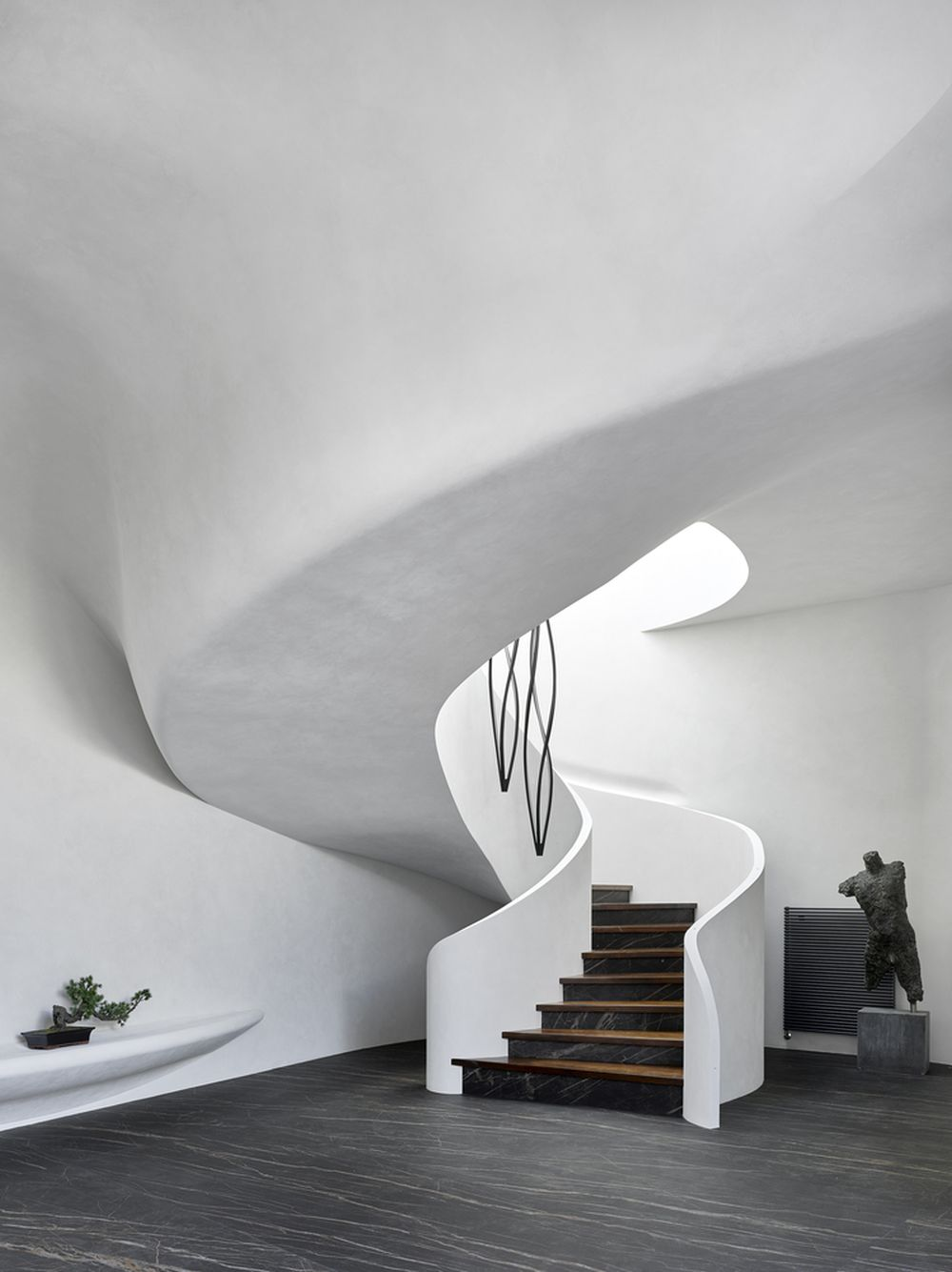 The same organic design also defines the interior of the house through lots of curves and unique forms