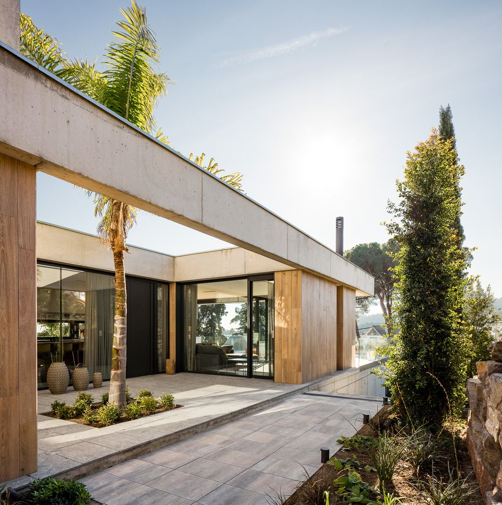 The various and outdoor areas are connected in a very natural and fluid manner