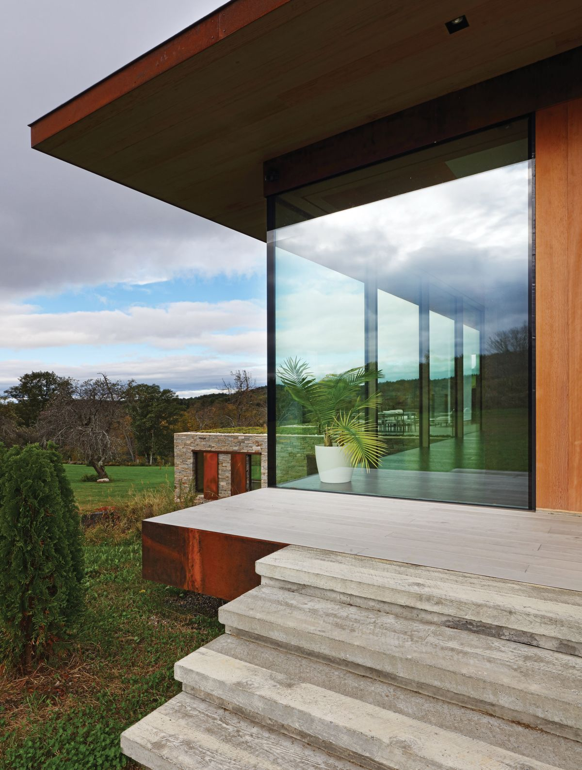 The top floor has glazed walls which frame the marvelous panoramic views and let the outdoors in