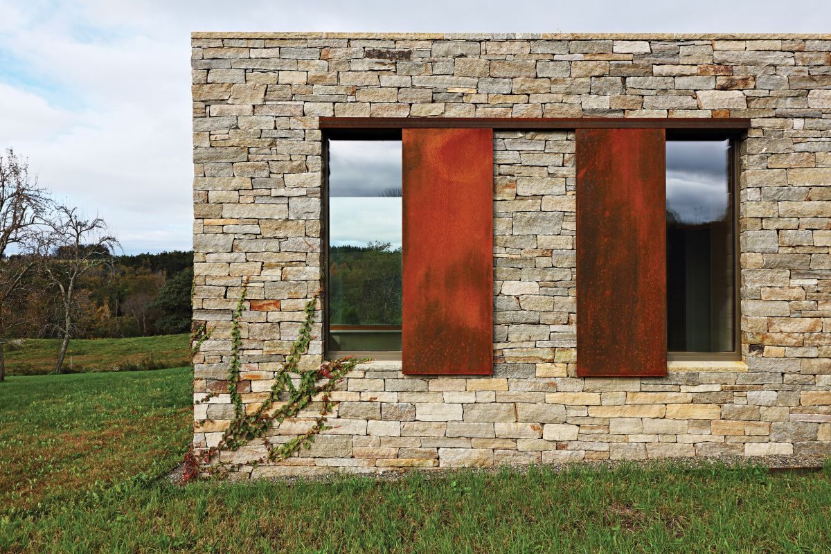 The lower volume is clad in locally-sourced stone which brings in closer to the landscape and helps it blend with the ground