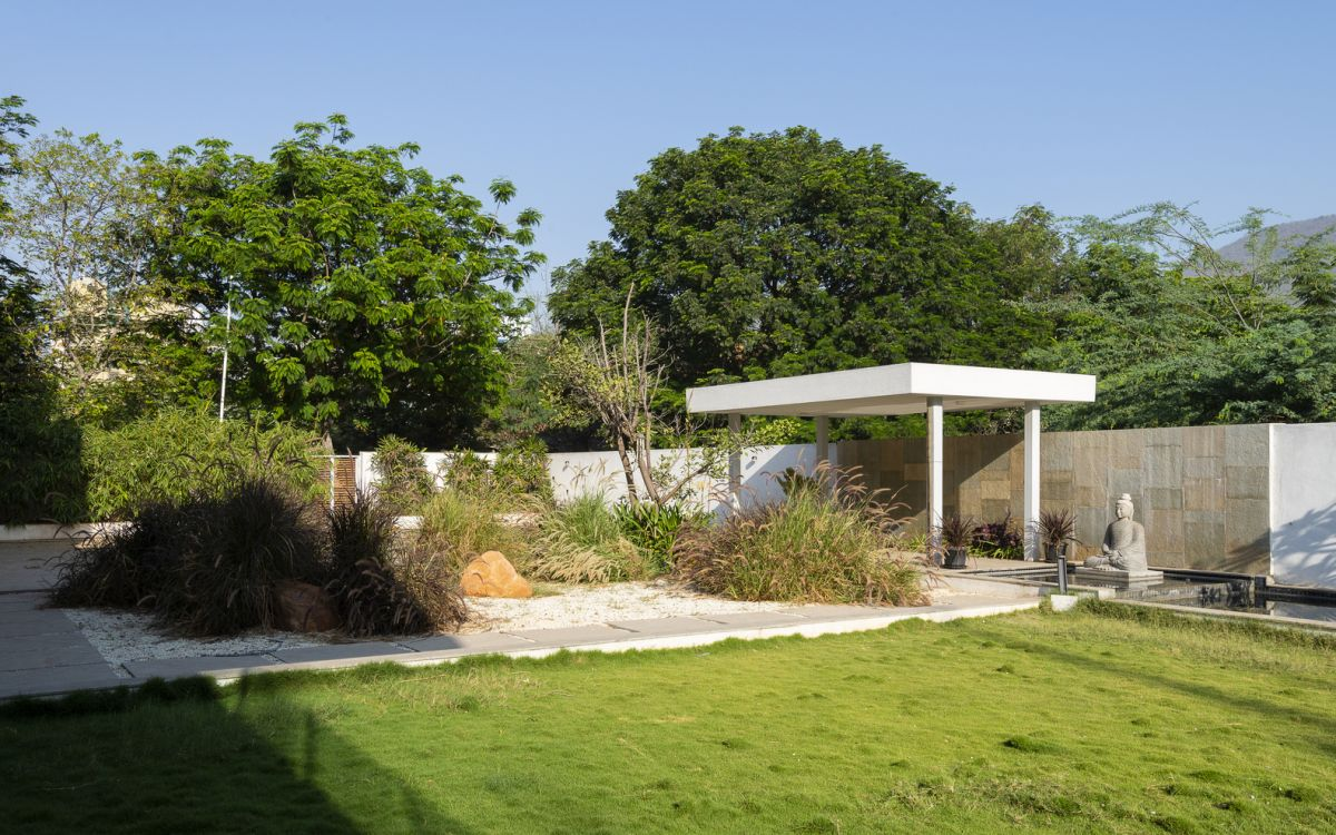 The house is surrounded by a series of outdoor functions including a beautiful zen garden
